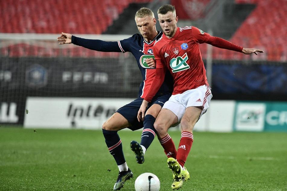 Mitchel Bakker (21, l.) lief zuletzt für Paris Saint-Germain auf. Hier im Duell mit Jérémy Le Douaron (23) von Stade Brest.