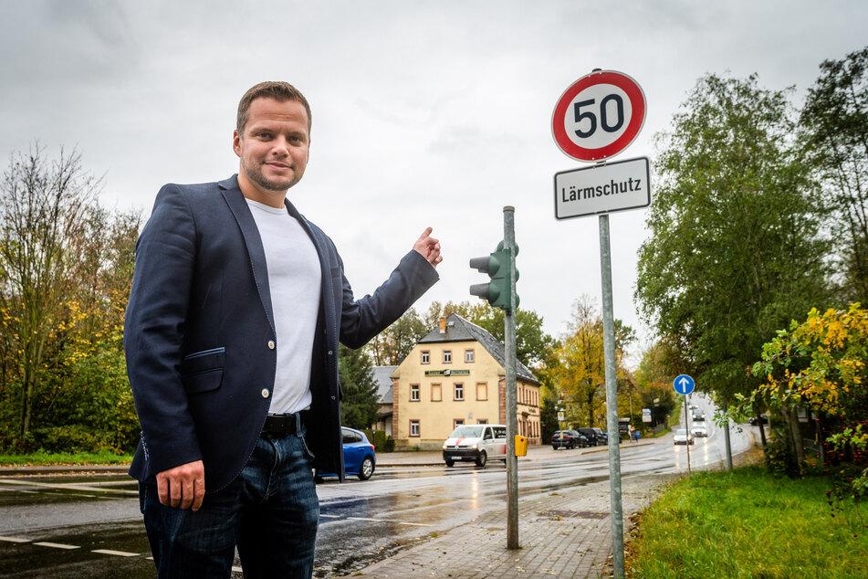 """Endlich Lärmschutz: CDU-Stadtrat Michael Specht (35) zeigt auf die neuen Tempo-50-Schilder an der """"Brettmühle""""."""