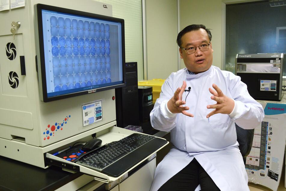 Bangkok: Dr. Anan Jongkaewwattana, Forschungsleiter des Entwicklungsprogramms für einen Impfstoff gegen das Coronavirus am Forschungsinstitut BIOTEC (National Center for Genetic Engineering and Biotechnology). Er sagte, dass bereits zwei Impfstoffarten erfolgreich an Mausmodellen getestet worden sind.