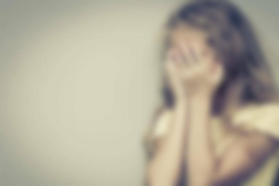 Das Mädchen war neun Jahre alt, als der Lebensgefährte der Angeklagten mit dem Missbrauch begann (Symbolbild).