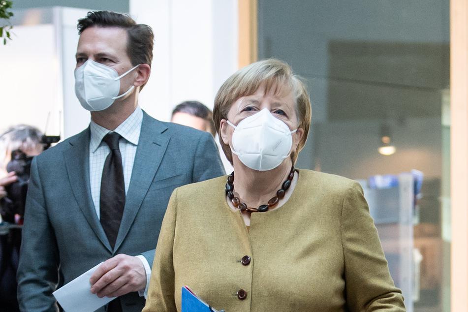 Bundeskanzlerin Angela Merkel (66, CDU) kommt zusammen mit Steffen Seibert (60), Regierungssprecher, zu einer Pressekonferenz.