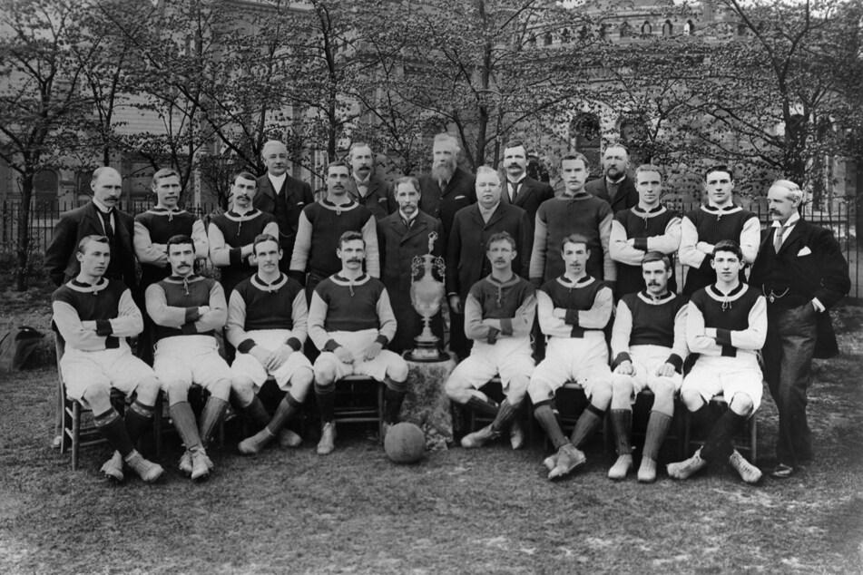 Die Mannschaft von Aston Villa der Saison 1899/1900. Sie prägte eine ganze Ära - und hielt bis zum Montag die alleinige Bestmarke von zehn gewonnenen Auftaktspielen in Serie.