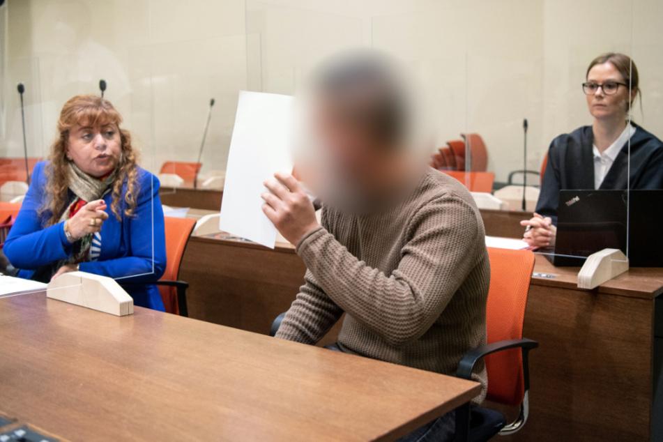 Der Angeklagten (M.) unterhält sich zu Prozessbeginn in einem Gerichtssaal vom Landgericht München I mit seiner Dolmetscherin (l.). Im Hintergrund sitzt seine Rechtsanwältin Ruth Beer.