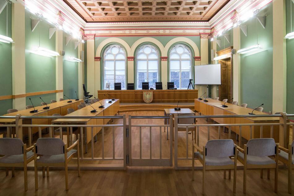 Ein leerer Verhandlungssaal im Landgericht von Cottbus. Das geplante Berufungsverfahren um den Unfalltod einer ägyptischen Studentin (†22) muss aufgrund der Corona-Pandemie vorläufig ausgesetzt werden. (Symbolfoto)