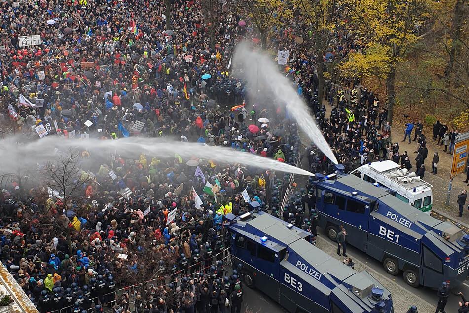 Wasserwerfer der Polizei bei der Demonstration gegen die Corona-Einschränkungen in Berlin am 18. November.