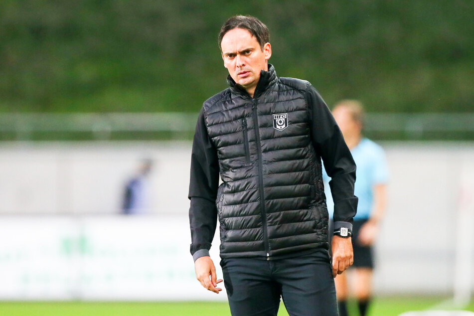 HFC-Chefcoach Florian Schnorrenberg (44) ließ seinem Ärger bei der Pressekonferenz freien Lauf. Jedoch war nicht das Ostderby der Grund, sondern das Verhalten des FSV-Trainers Enochs (50).