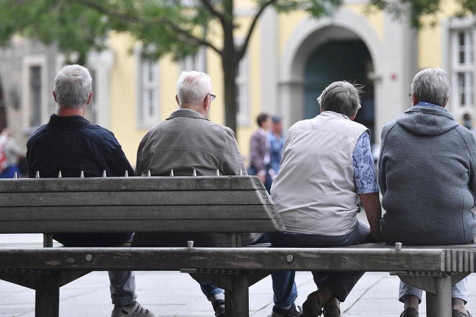Senioren sitzen auf einer Bank. (Archivbild)