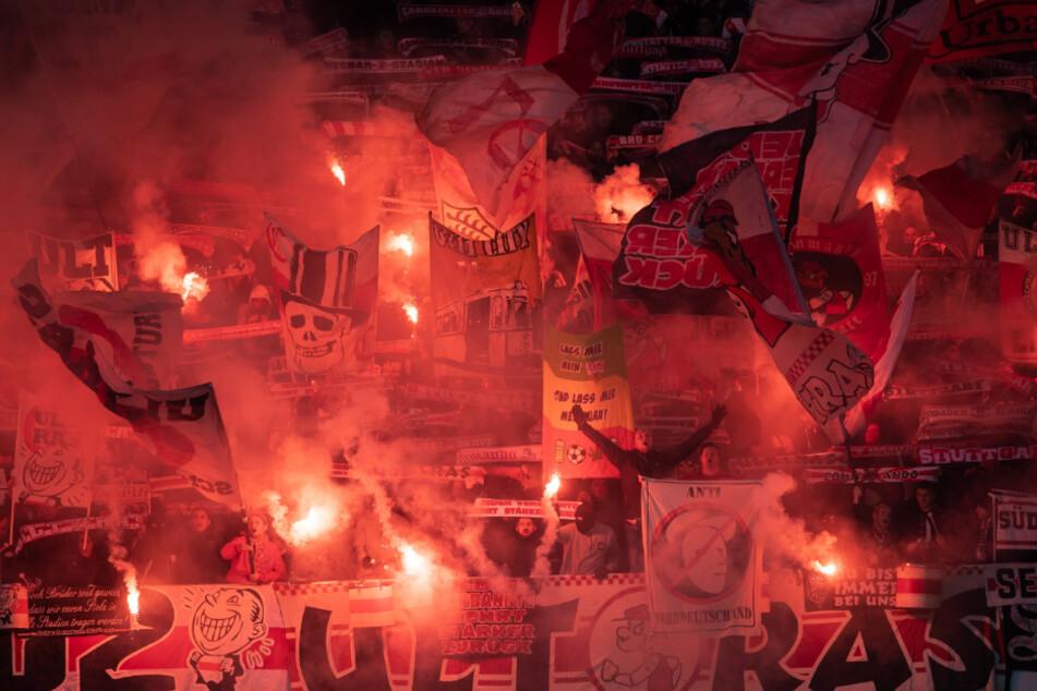 Fans des VfB Stuttgart zünden Pyrotechnik bei der Partie in Hannover Ende Dezember. Das Banner am unteren Bildrand ist von den Ultra-Gruppen Schwabensturm und Commando Cannstatt.