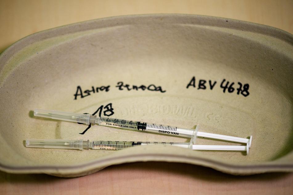 Nach Impfungen mit dem Stoff von AstraZeneca traten mehrere Thrombosefälle auf. Einige davon können nun offenbar behandelt werden.
