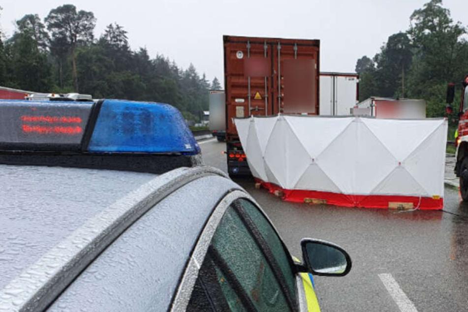 Transporter fährt auf Lastwagen auf: Fahrer stirbt noch an der Unfallstelle