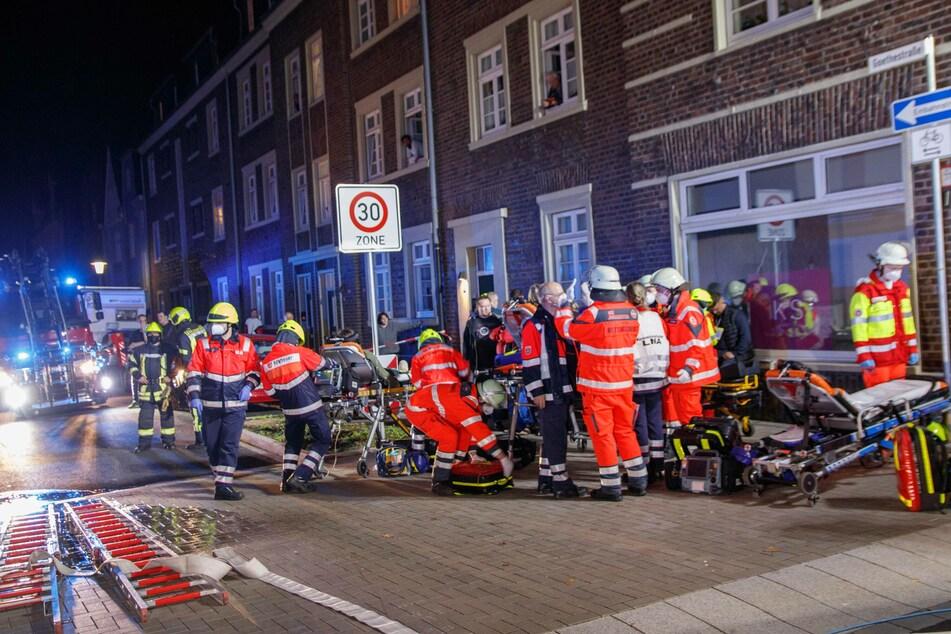 Der Rettungsdienst kümmerte sich um insgesamt 16 Bewohner des Hauses.