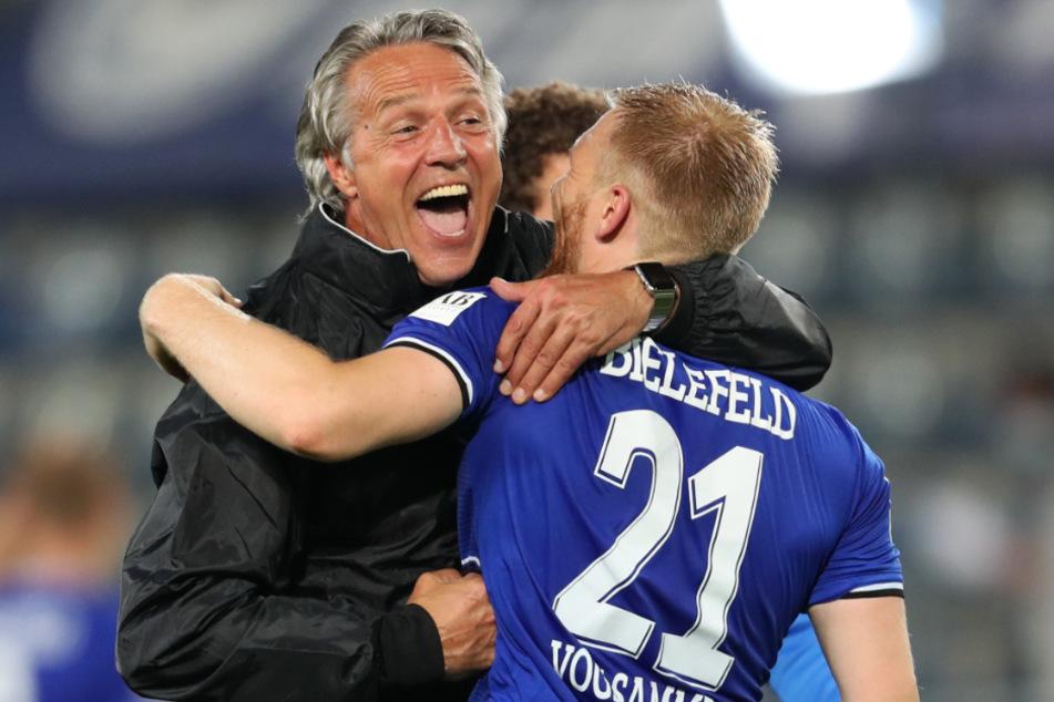 Bielefelds Trainer Uwe Neuhaus (l) und Andreas Vogelsammer feiern den Sieg gegen Dynamo Dresden.