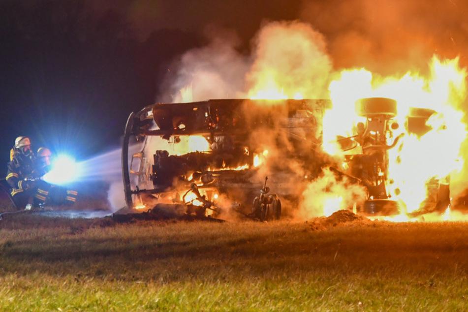 Spritztour mit geklautem Auto auf Flugplatz endet für Jugendliche mit brennendem Wagen