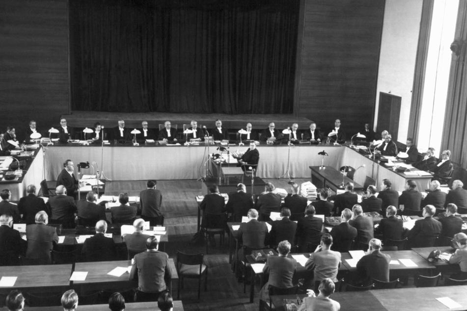 Blick in den Sitzungssaal bei der ersten öffentlichen Plenarsitzung des Bundesverfassungsgerichts im Jahr 1952.