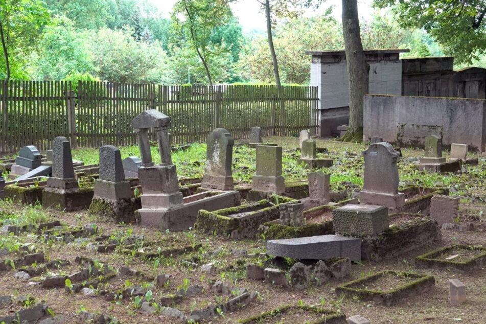 Grabsteine von Kindergräbern wurden umgestoßen.