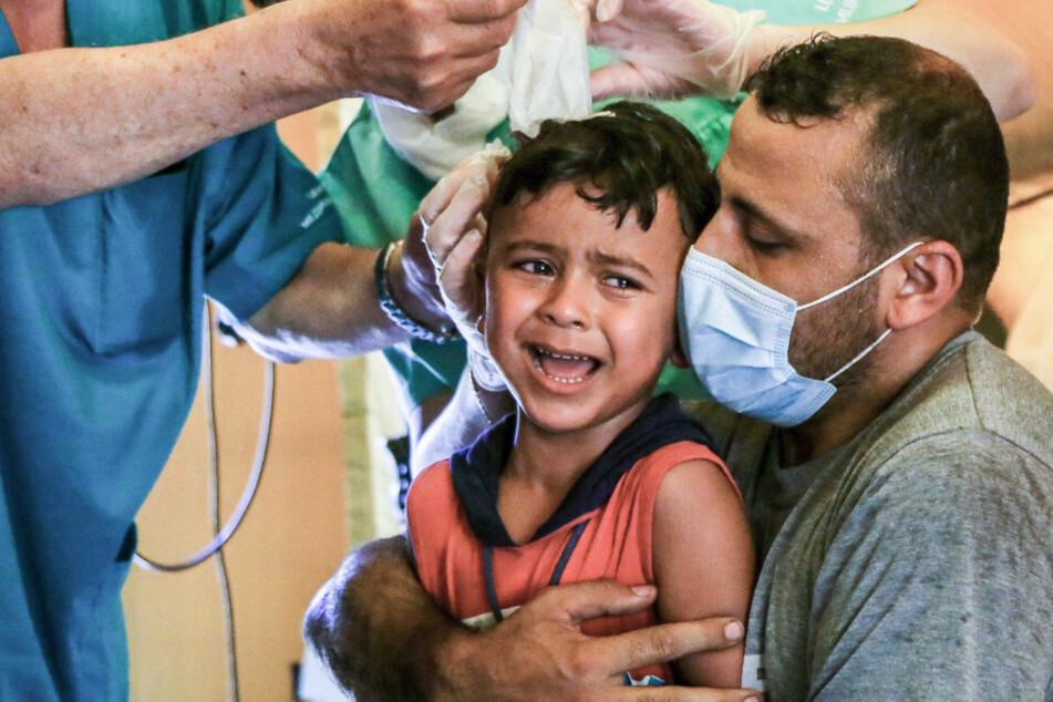 Russische Sanitäter untersuchen die Wunden von Hussein, einem sechsjährigen syrischen Jungen, der bei der Explosion im Beiruter Hafen durch Glassplitter verletzt wurde. Im Libanon gibt es in jeder zweiten Familie Kinder, die Anzeichen von Stress und Trauma zeigen.