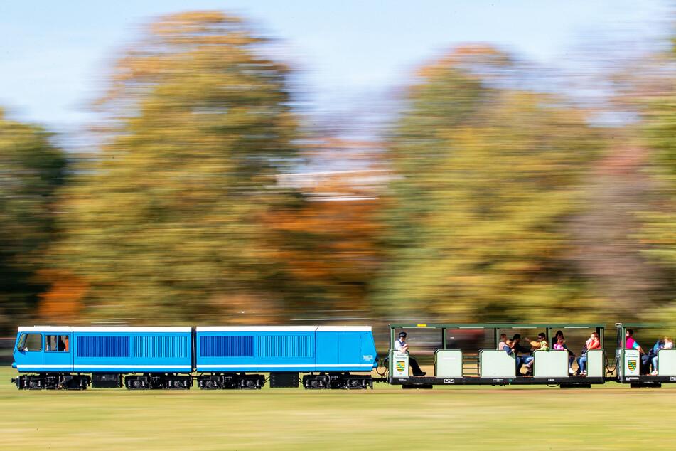 Die Lokomotive EA02 der Dresdner Parkeisenbahn zieht einen Personenzug durch den Großen Garten.