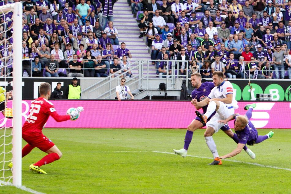 Das war sein erster Streich: Sören Bertram (r.) trifft per Kopf zum zwischenzeitlichen 1:0 in der Relegation gegen KSC-Keeper Benjamin Uphoff. Bertram traf auch zum 2:1 und 3:1.