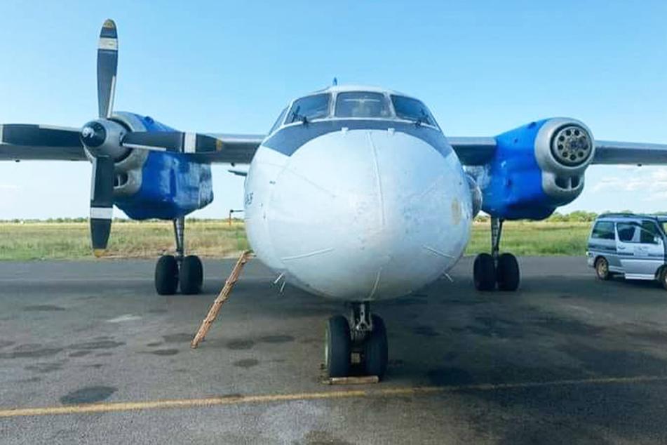 Mit nur noch einem Propeller landete die An-26 wieder am Startflughafen in Juba.