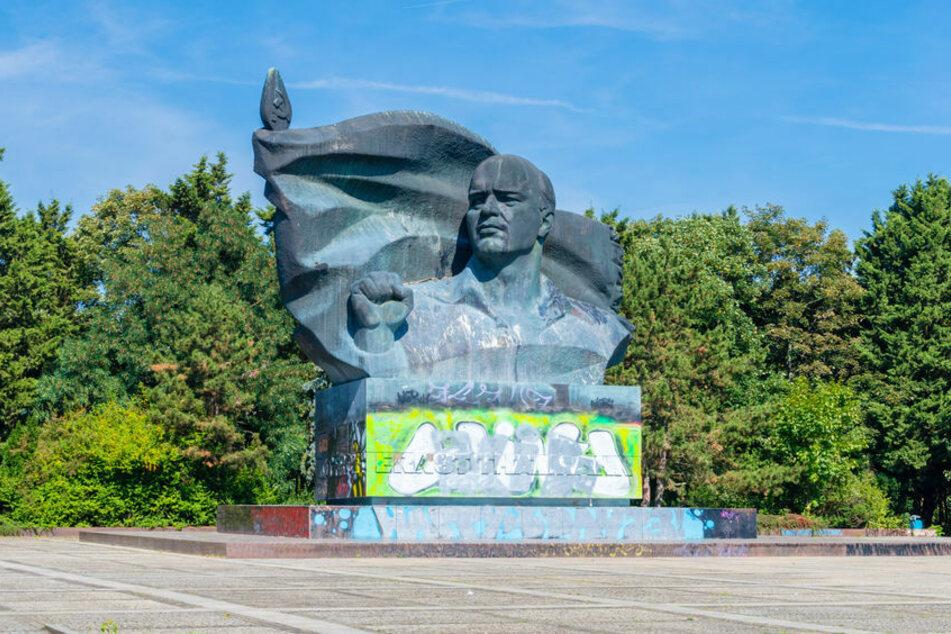 Schläger verprügeln und berauben einen Mann und zwei Frauen im Thälmann-Park