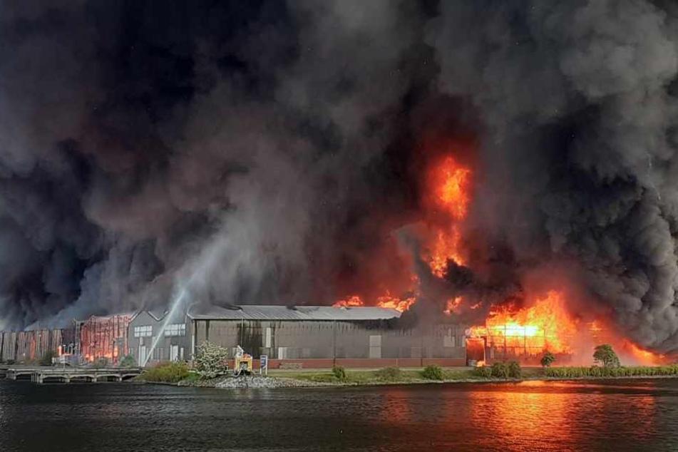 Im Industriehafen brennen rund zehn aneinandergrenzende Lagerhallen.