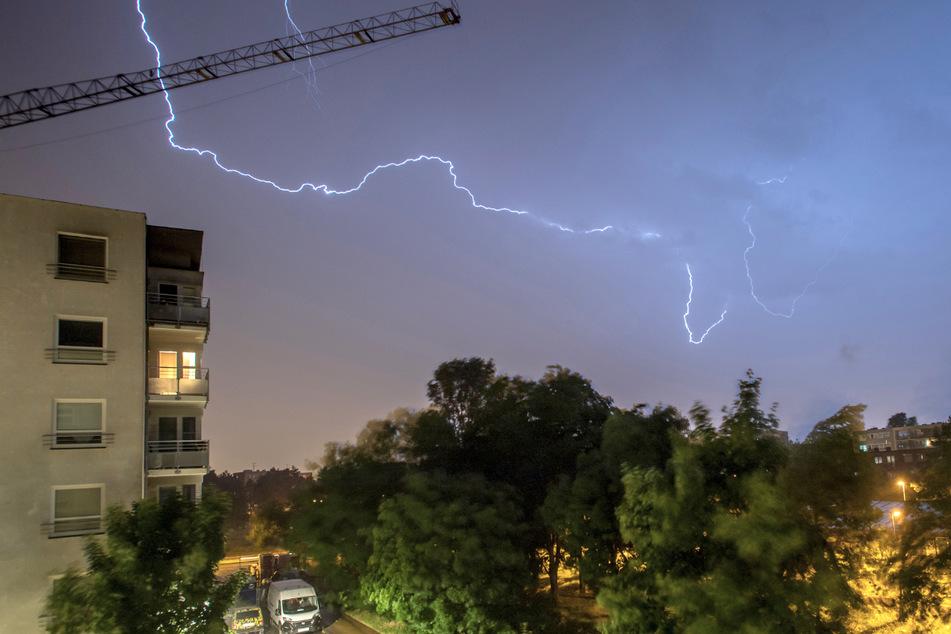 Ein Blitzeinschlag in Eimeldingen (Kreis Lörrach) wanderte von einem Baum 15 Meter über die Straße und beschädigte letztlich ein Wohnhaus. (Symbolbild)