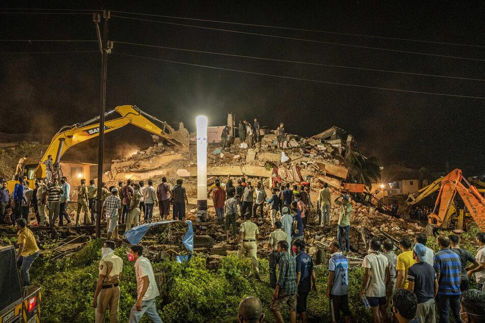 Rettungskräfte suchen nach Überlebenden nach dem Einsturz eines Wohngebäudes in Mahad, etwa 170 Kilometer (105 Meilen) von Mumbai entfernt.
