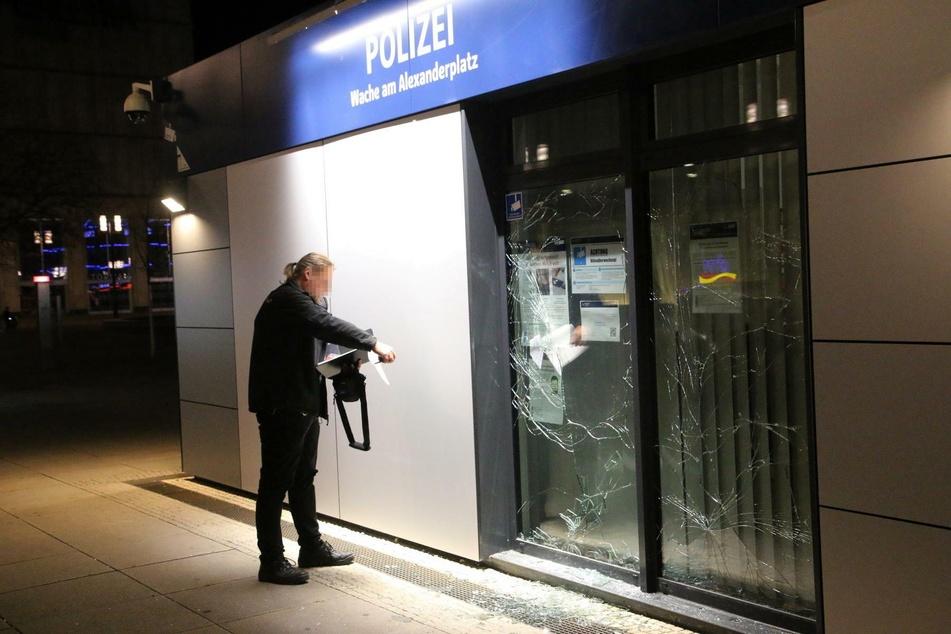 Am Freitagabend wurde die Polizeiwache auf dem Alexanderplatz attackiert.