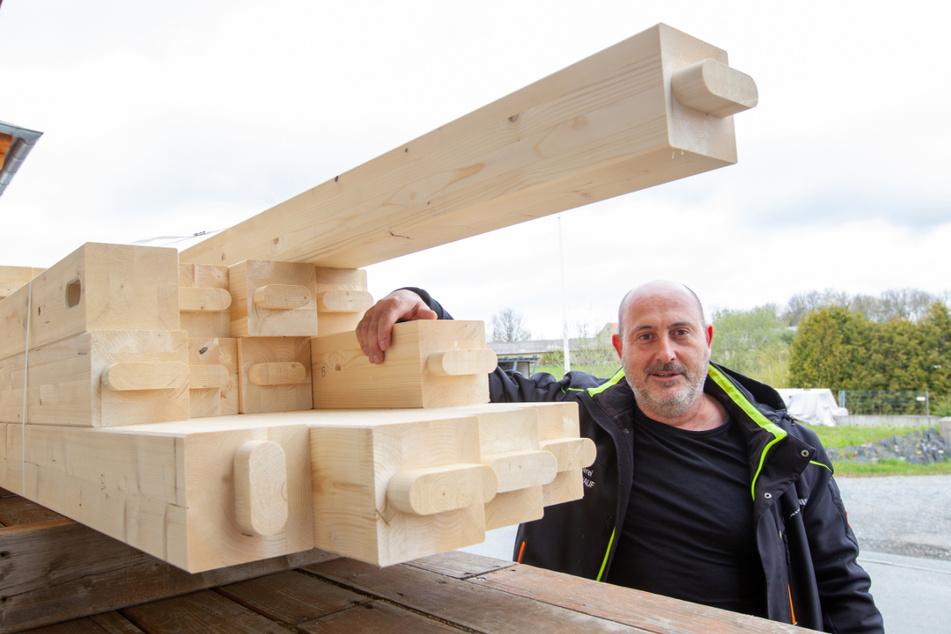 Holzpreis-Explosion: Zimmerermeister Lars Sündenhauf (49) aus Weischlitz hat Angst um die Zukunft seiner Firma.