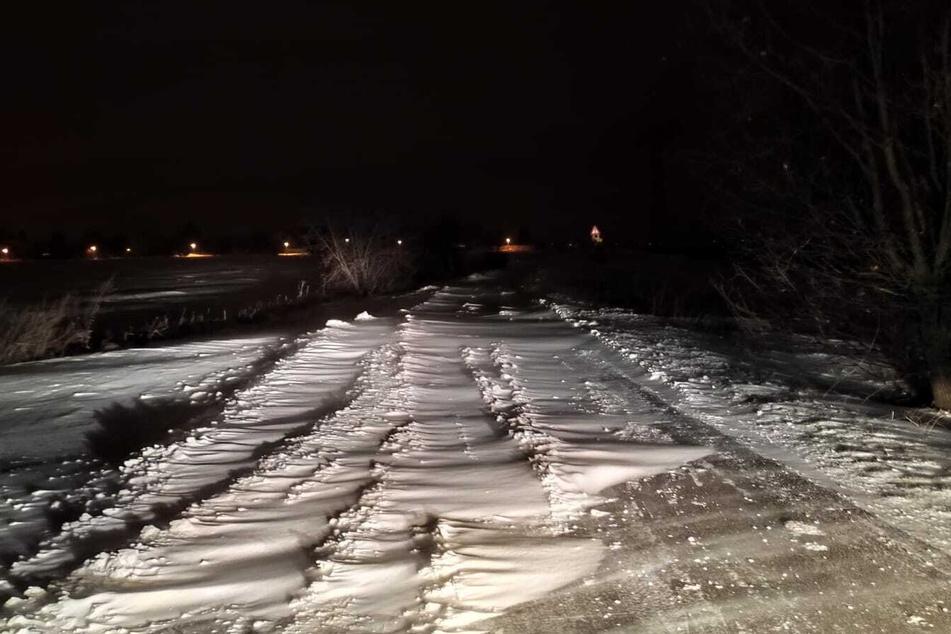 Schneeverwehungen machen die Straßen in Leipzig größtenteils unbefahrbar.