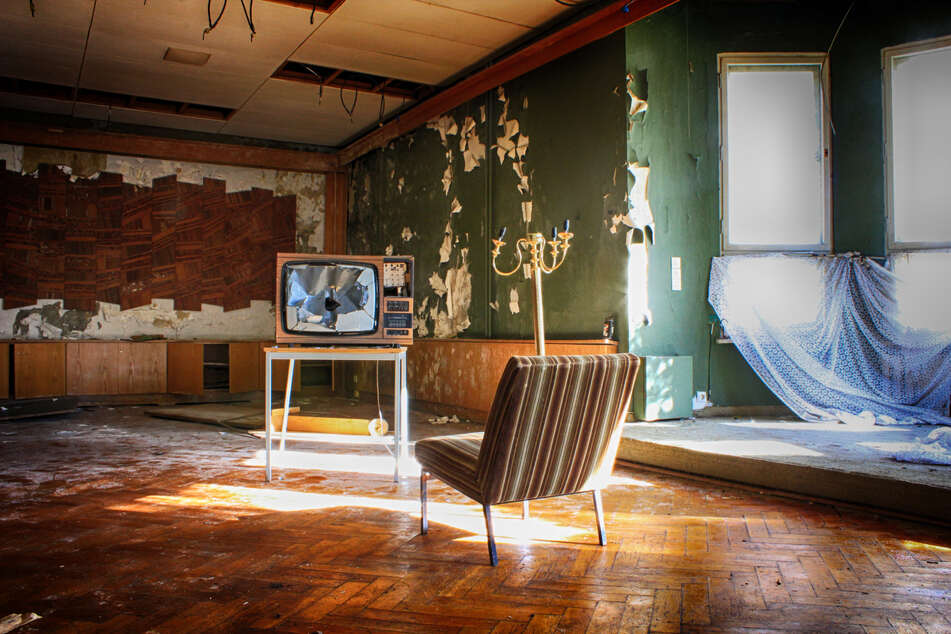 Einst war es eines der luxuriösesten Hotels im Erzgebirge: Das alte Sporthotel Atlantis verfällt nach und nach.