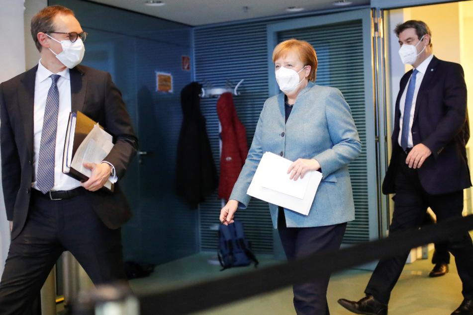 Das Foto zeigt Michael Müller (56, SPD, l-r), Regierender Bürgermeister von Berlin, Bundeskanzlerin Angela Merkel (66, CDU) und Markus Söder (54, CSU), Ministerpräsident von Bayern, nach dem Impfgipfel.