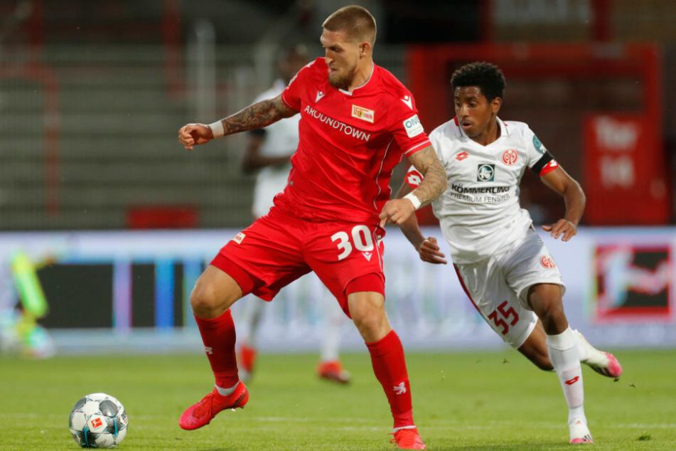 Leandro Barreiro Martins (r) von Mainz und Robert Andrich von Union kämpfen um den Ball.
