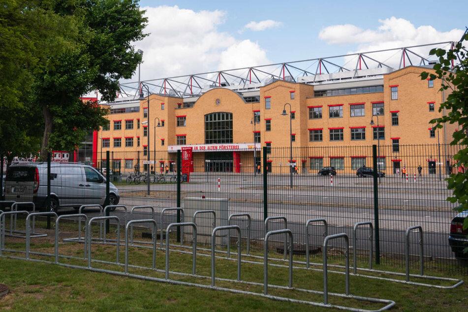 Das Stadion An der Alten Försterei, die Heimspielstätte des 1. FC Union Berlin, ist von einem 13-jährigen Jungen aus England mit LEGO-Steinen nachgebaut worden.