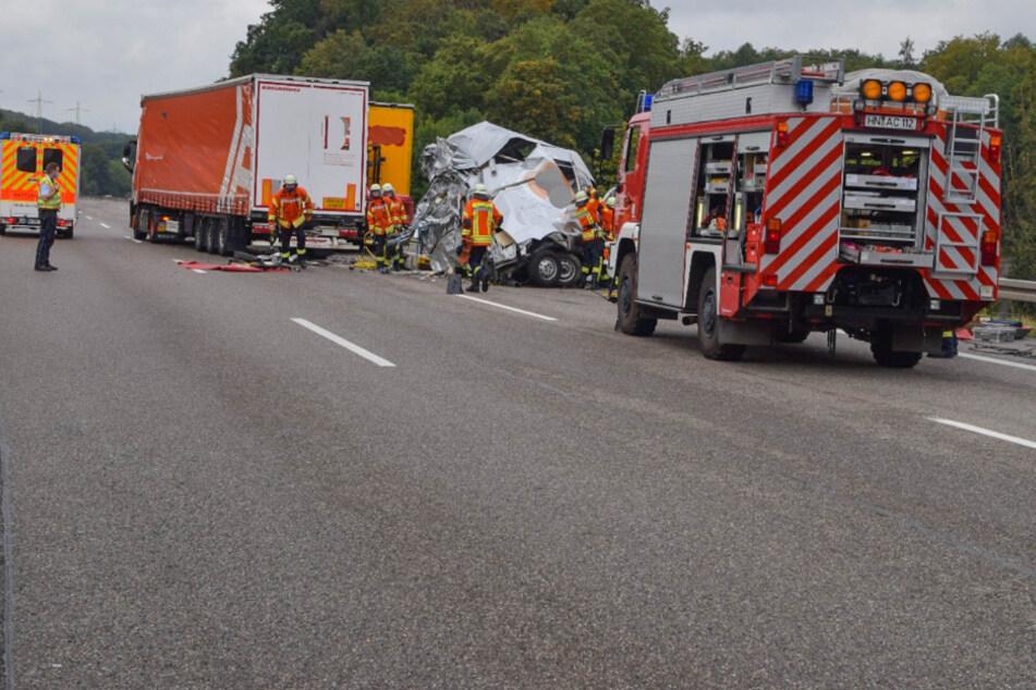 Feuerwehrleute an der Unfallstelle auf der A6. Ein Sattelzug konnte am Stauende nicht mehr rechtzeitig bremsen.