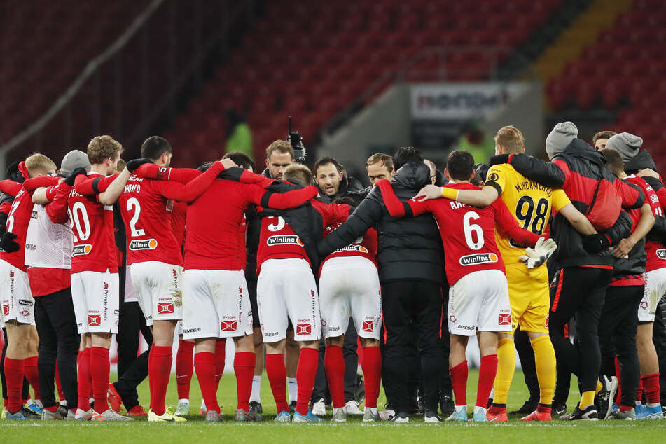 Domenico Tedesco (M.) ist seit Oktober 2019 Cheftrainer beim russischen Spitzenklub Spartak Moskau. Einen Monat später schlossen Spartak und der FCE eine Kooperationsvereinbarung. Diese soll nun Früchte tragen.