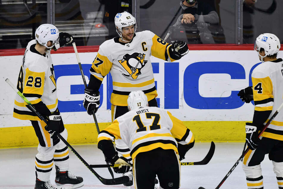 Penguins Center Sidney Crosby (c) scored two goals and an assist in Pittsburgh's big win over Philly on Tuesday night