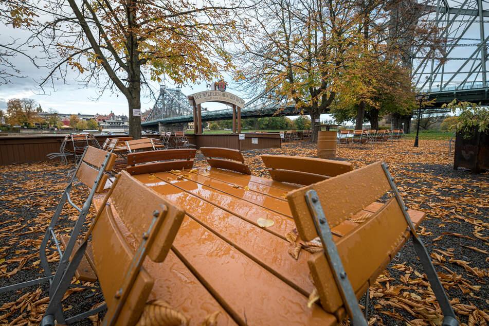 Noch sind die Stühle im Elbegarten in Dresden zugeklappt.