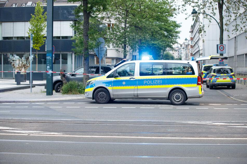 Spezialkräfte der Polizei durchsuchten am Sonntagnachmittag die Wohnung eines 50-Jährigen in Düsseldorf und nahmen den Mann vorläufig fest.