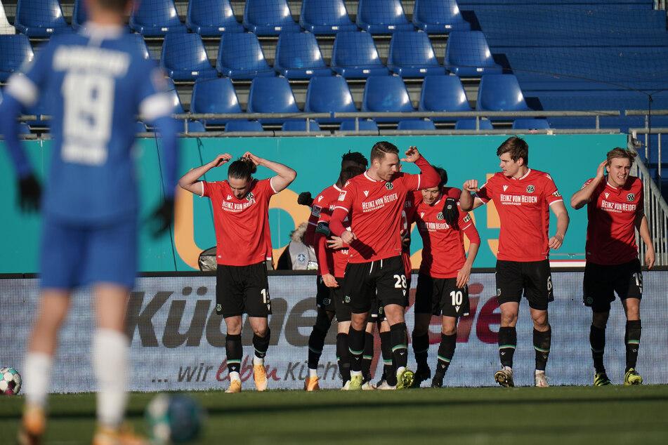 Die Spieler von Hannover 96 bejubeln den Treffer von Marvin Ducksch zum zwischenzeitlichen 2:0.