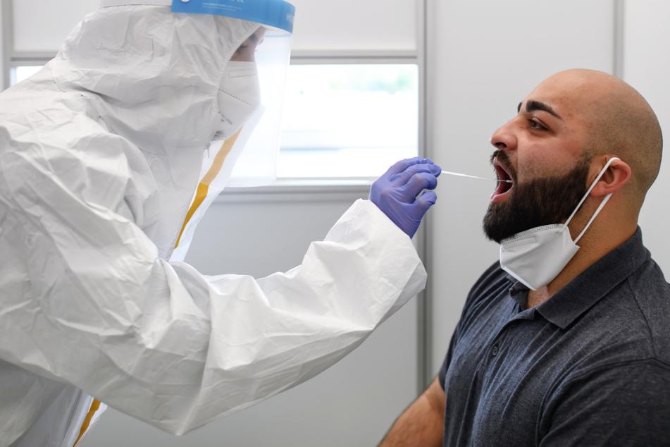 Standortleiterin Neslihan Demiral testet in einem Corona-Testcenter in Kassel einen Probanden.