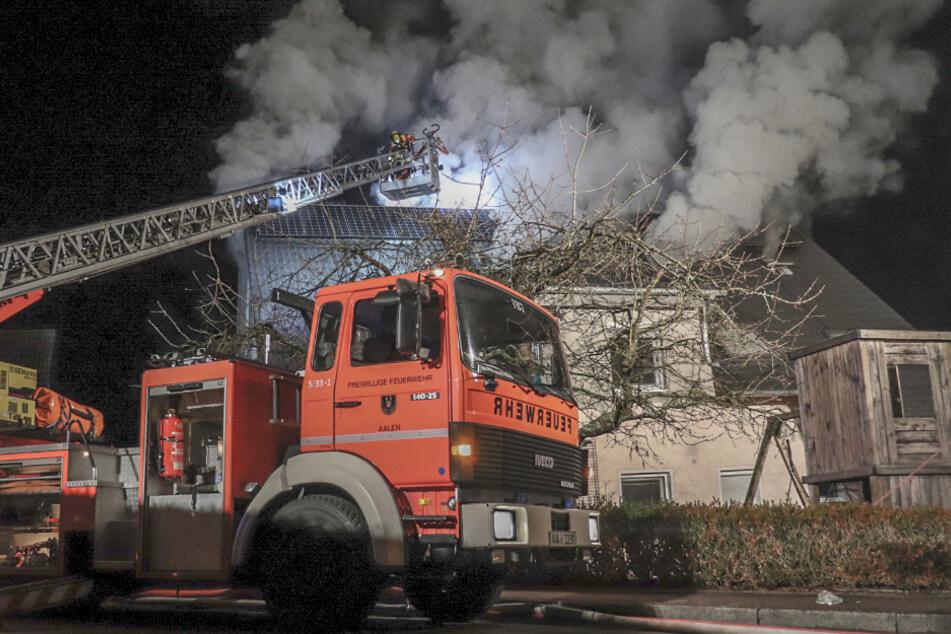 Zweifamilienhaus steht in Flammen: Feuerwehr löscht mit zwei Drehleitern