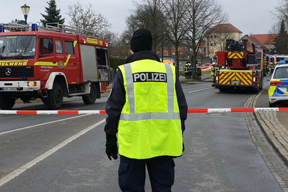 Polizisten riegeln die Straße ab.