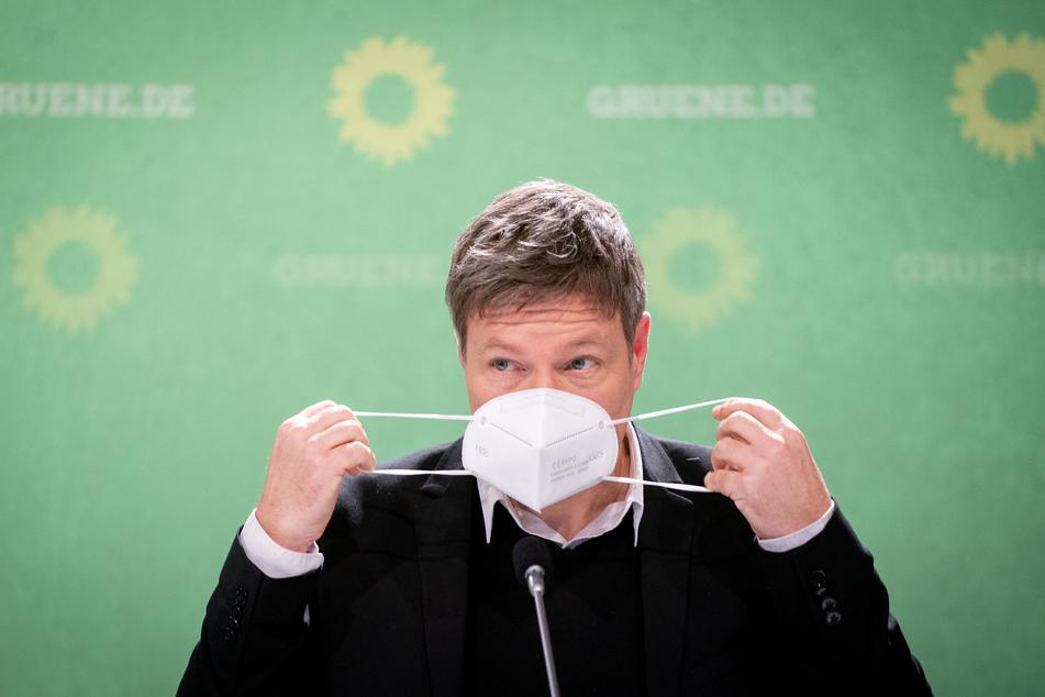 Robert Habeck ist der Bundesvorsitzende von Bündnis 90/Die Grünen und will in Deutschland mehr FFP2-Masken verteilen.