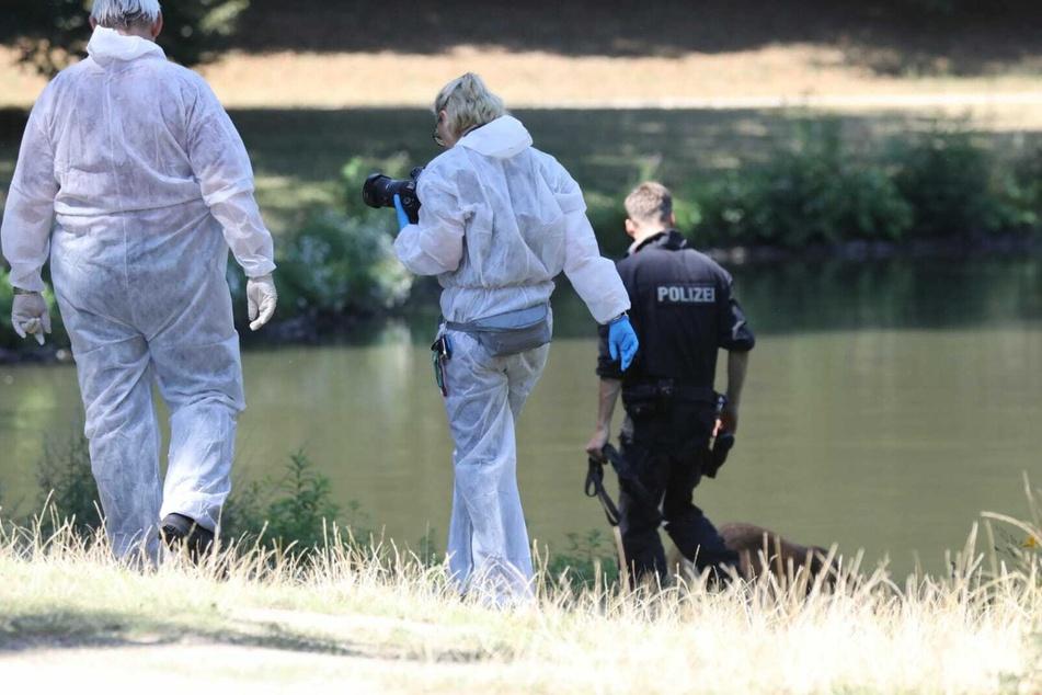 Polizei und Beamte der Spurensuche am Fundort im Clara-Zetkin-Park