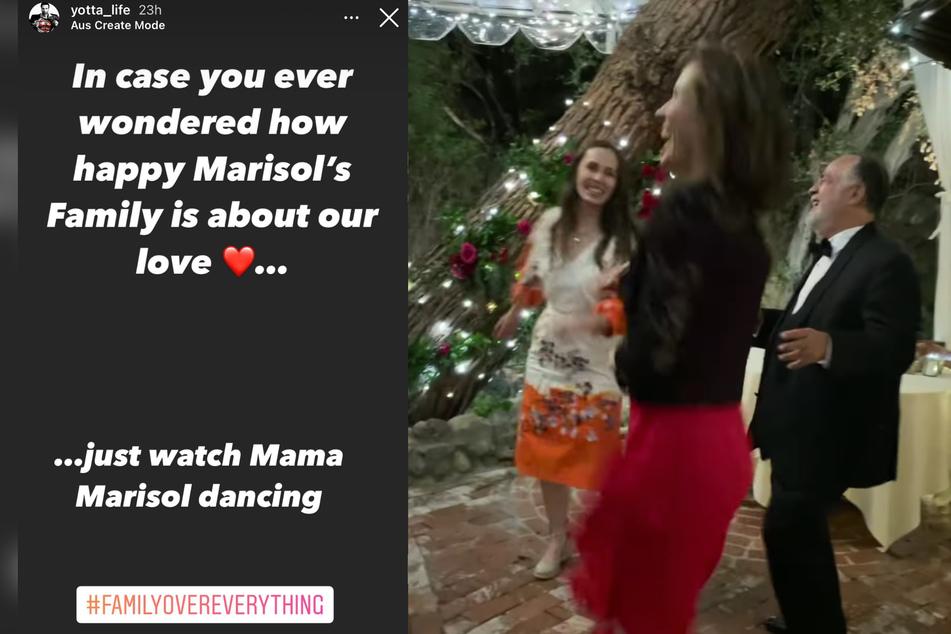Marisols Mutter tanzt ausgelassen auf der Hochzeit ihrer Tochter.