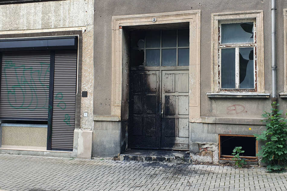 In der Apollostraße in Chemnitz haben Container gebrannt. Das Feuer griff auch auf ein Haus über.