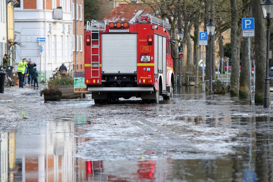 Die Feuerwehr warnt die Anwohner in Lübeck per Lautsprecher vor dem Hochwasser.