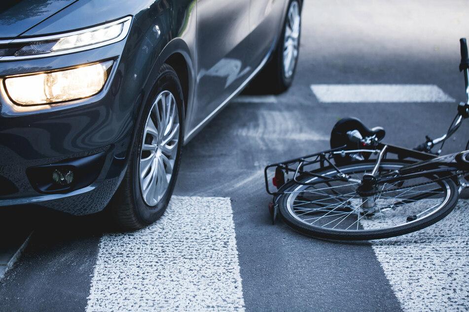 Autos übersehen Radfahrer: Zwei Biker in Leipzig schwer verletzt