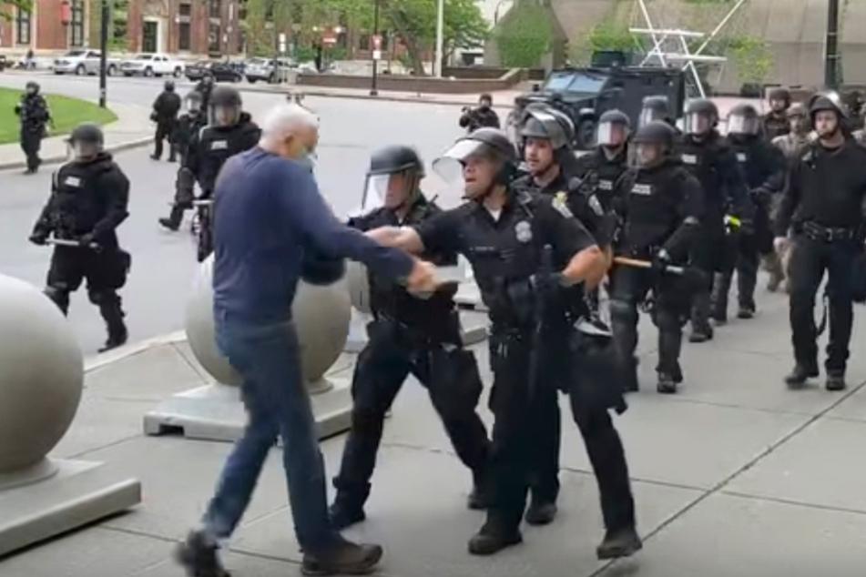 75-jähriger Demonstrant kann nach Polizei-Übergriff nicht laufen